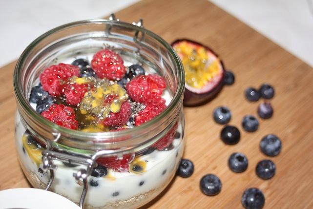 Joghurt-Himbeer-Heidelbeere-Haferflocken mit Chia Samen