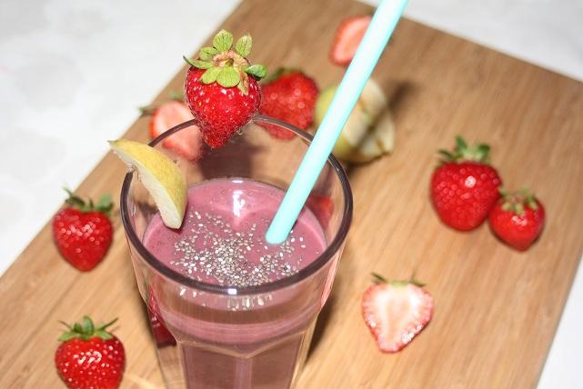 Apfel-Erdbeer-Bananen-Smoothie mit einer Prise Chia Samen